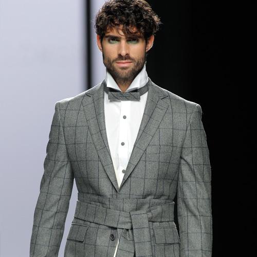 Modelo masculino desfilando con diseño de Devota & Lomba en MBFWM feb17