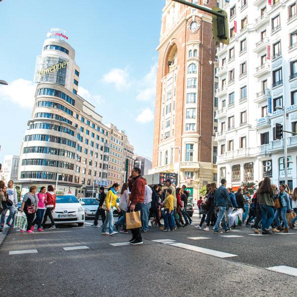 Vista de un paso de peatones de la Gran Vía con la plaza de Callao al fondo