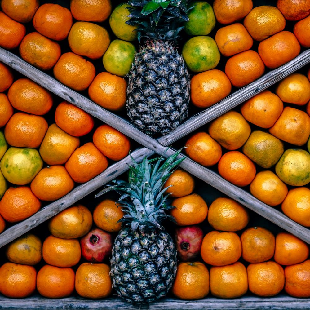 Expositor de fruta en mercado municipal de Madrid