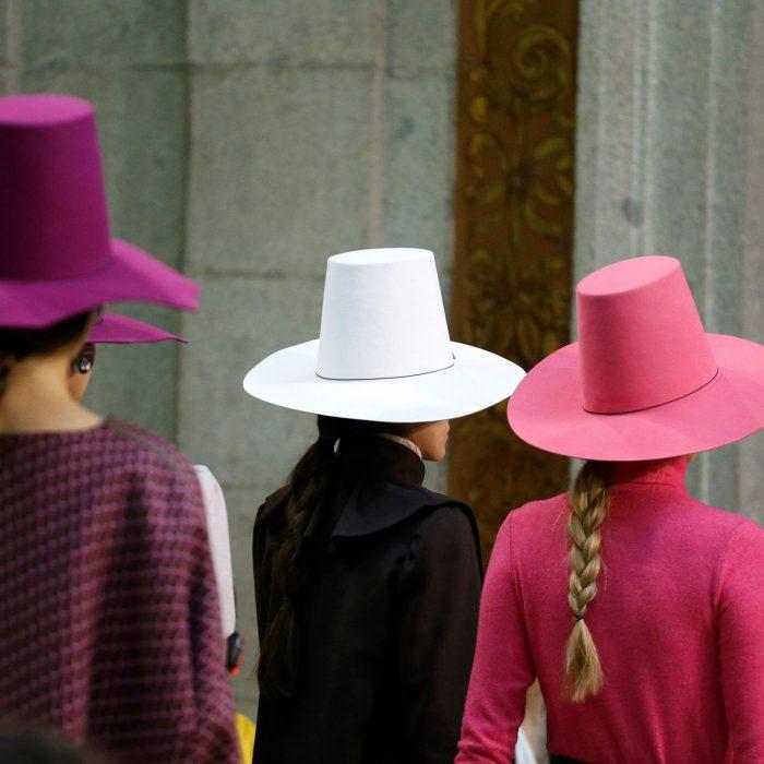 Mujeres de espaldas llevando sombreros