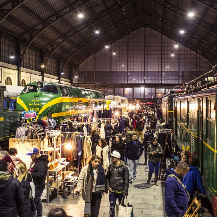 Gente en mercado situado en museo de Ferrocarril