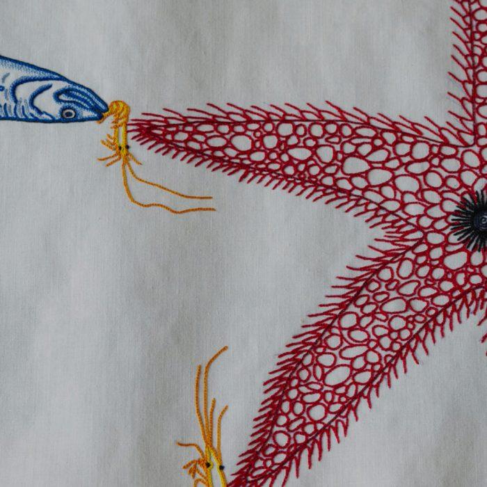 Detalle bordado con motivos marinos
