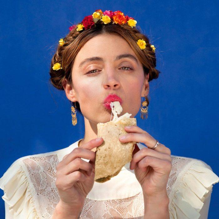 Mujer comiendo taco