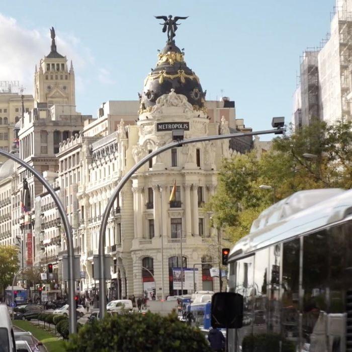 Vista edificios y vehículos en Gran Vía Madrid