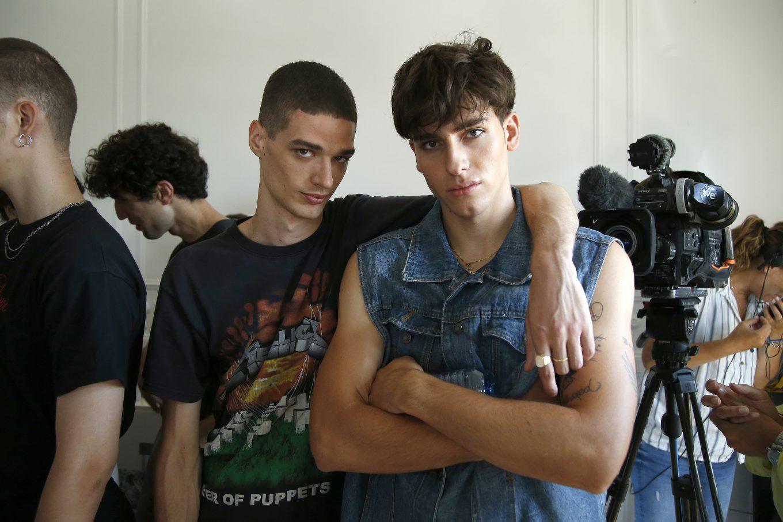 Modelos masculinos miran a camara