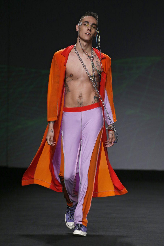 Modelo masculino desfilando
