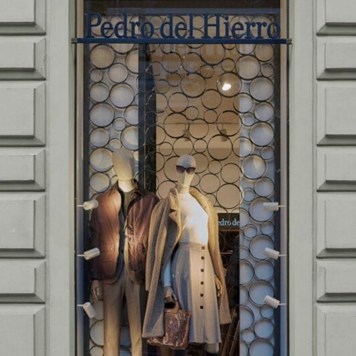 Maniquíes en escaparate de tienda de moda