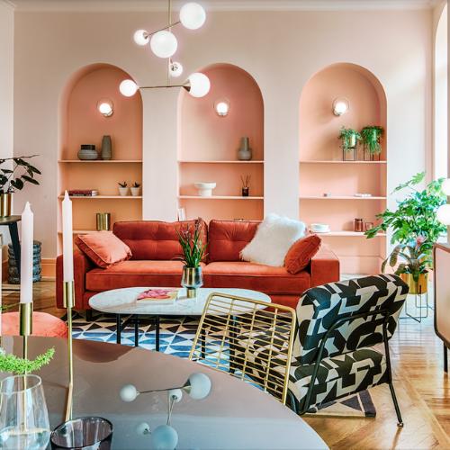 Salón con mesa, sillón y sofá con lampara moderna