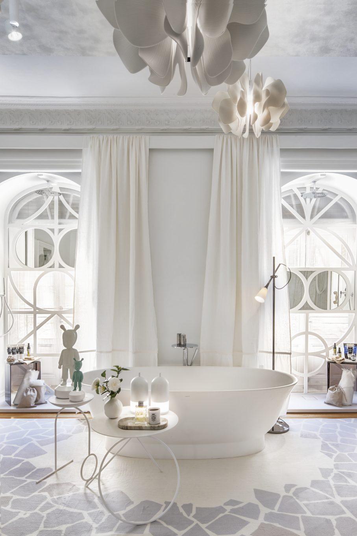 Baño con bañera y lámpara