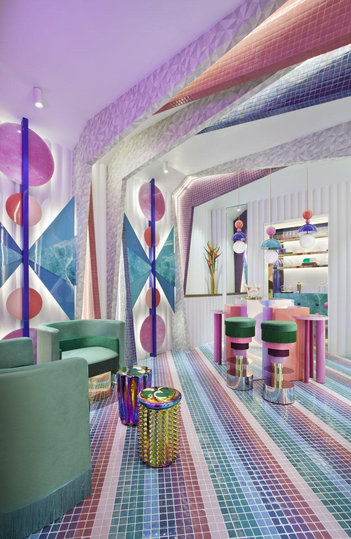 Habitación con mosaico en el suelo y sillones