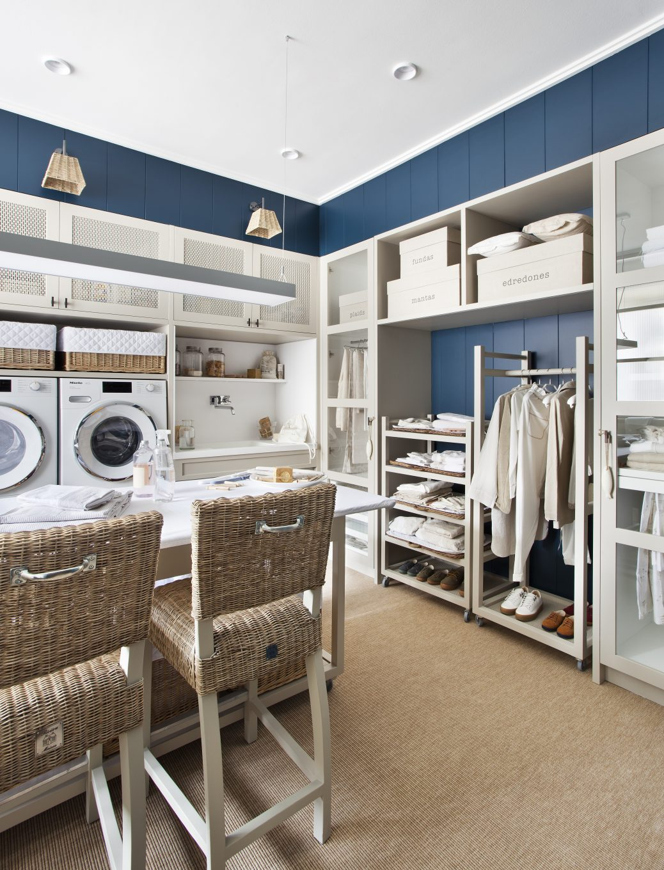 Cuarto de colada con mesa, lavadora, secadora y estanterías