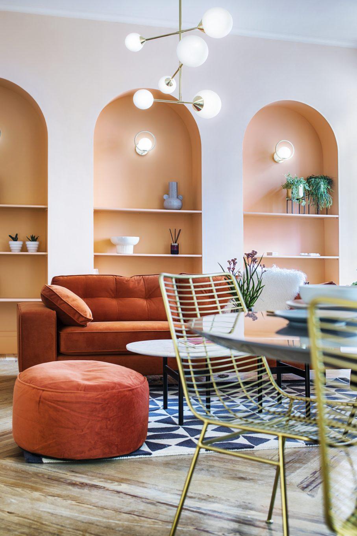 Salón comedor con sofá, reposapies, mesa y silla