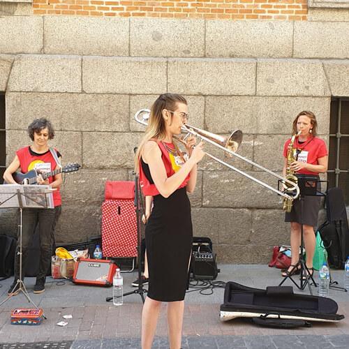 Mujeres tocando música en la calle