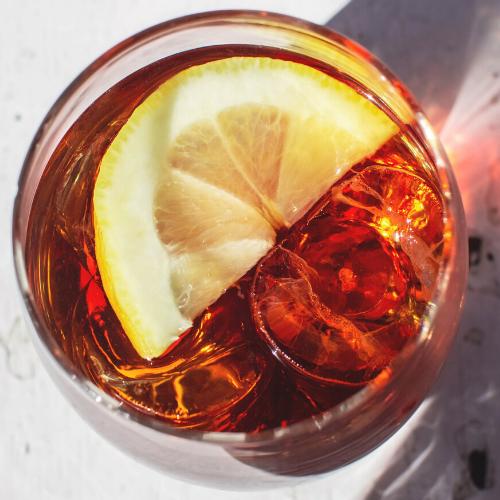 Detalle de vaso de vermuth con limón y hielos