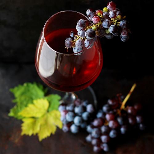 Vaso de vino con uvas dentro