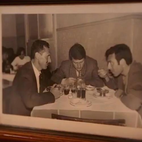 Foto en sepia de hombres comiendo