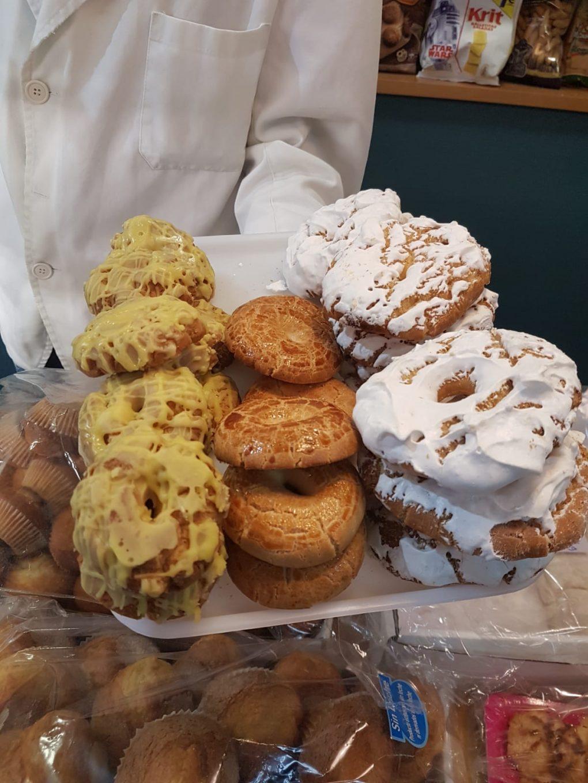 Detalle de bandeja con diferentes rosquillas