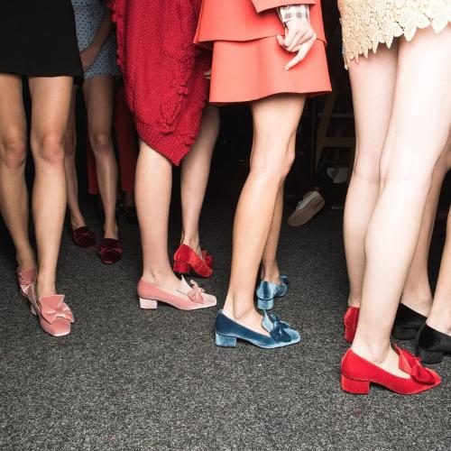 Plano inferior de piernas y zapatos de mujeres