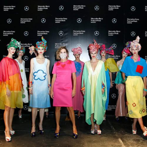 Ágatha Ruiz de la Prada con sus modelos