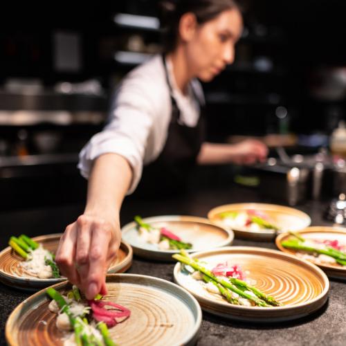Cocinera emplata un plato vegetal