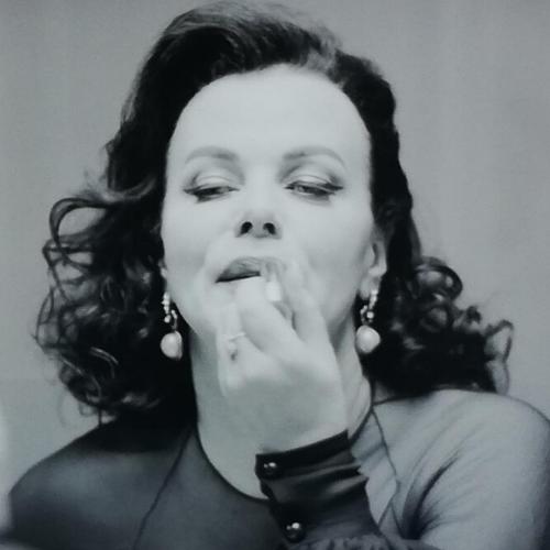 Debbie Mazar pintándose los labios