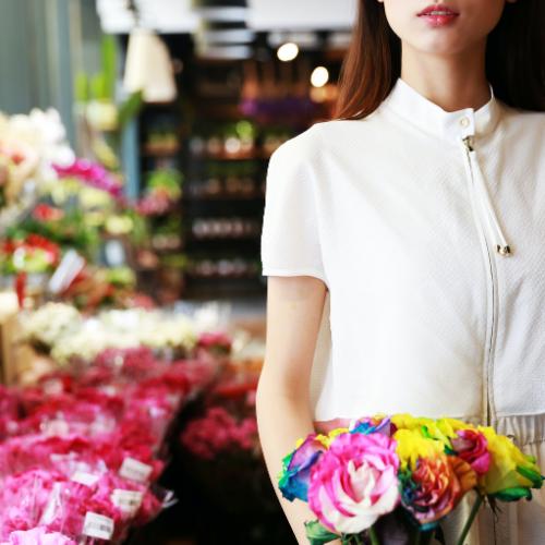 Chica en tienda de flores