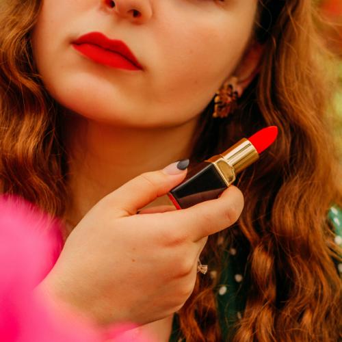 Modelo con pintalabios rojos