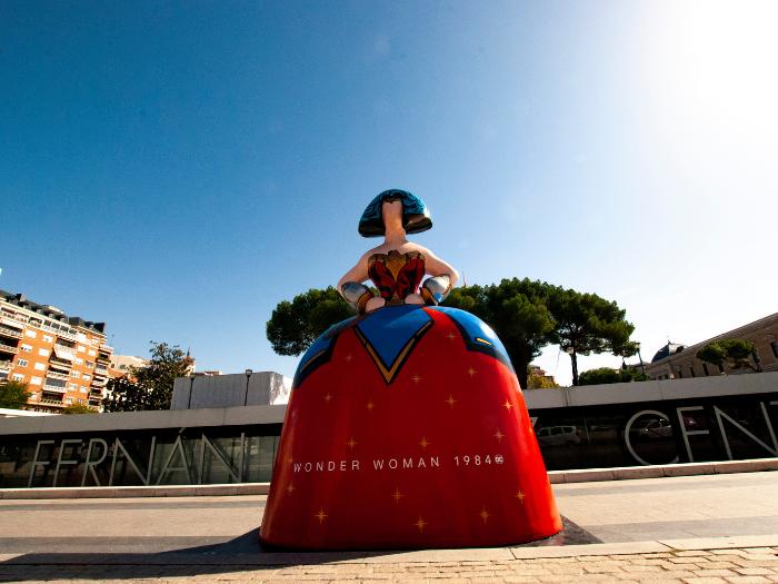 Menina Wonder Woman en la Plaza de Colón