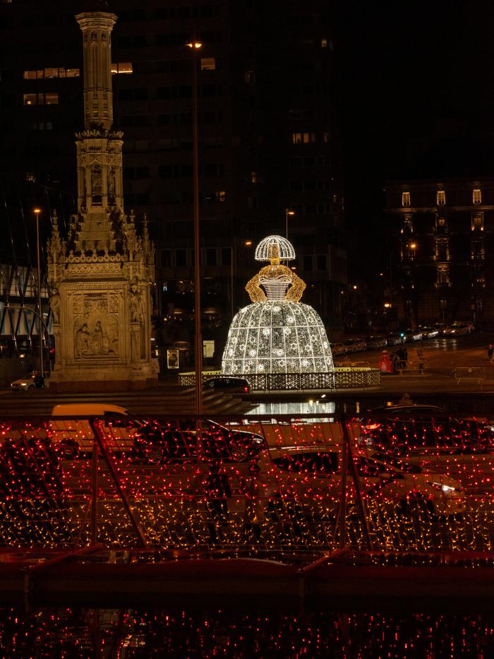 Menina de luces navideñas de Andrés Sardá en la Plaza de Colón