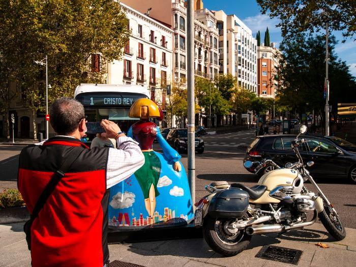 Un hombre fotografía una menina en la calle Serrano