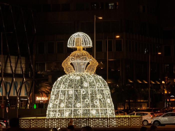 Menina de luces navideñas en la Plaza de Colón