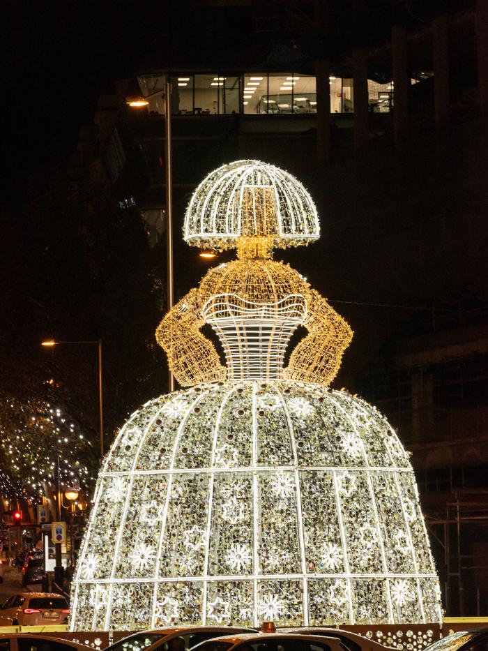 Menina de luces navideñas de Andrés Sardá