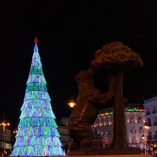 Árbol de luces navideñas en la Puerta del Sol