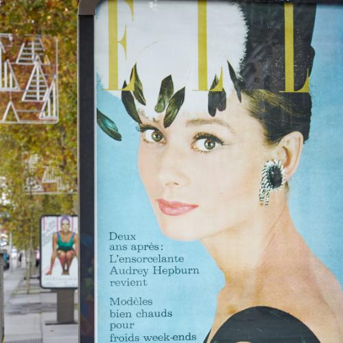 Marquesina en la calle con foto de Audrey Hepburn