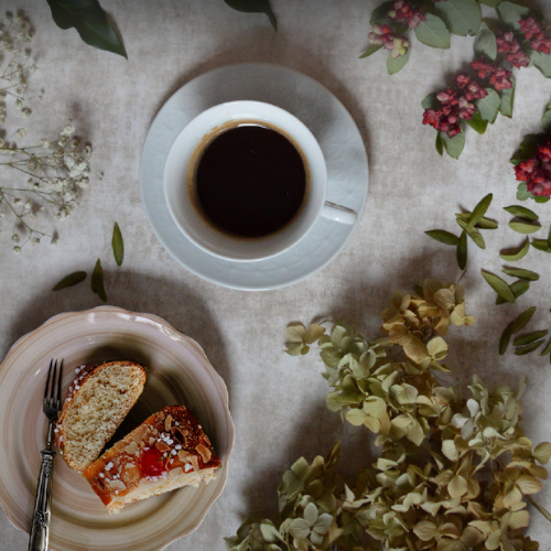 Mesa con café y roscón de reyes