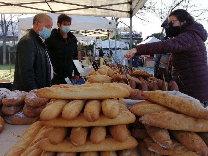 Puesto de pan del mercado de productores