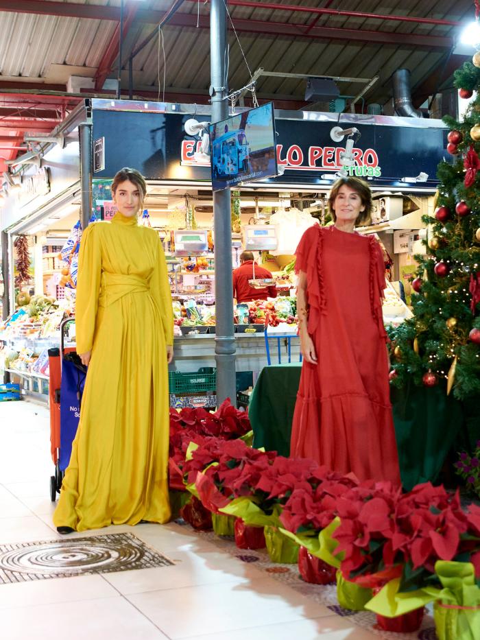 Margarita Ruyra de Andrade y Valentina Suárez-Zuloaga junto a flores de Pascua
