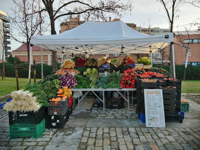 Stand de verduras del mercado de productores