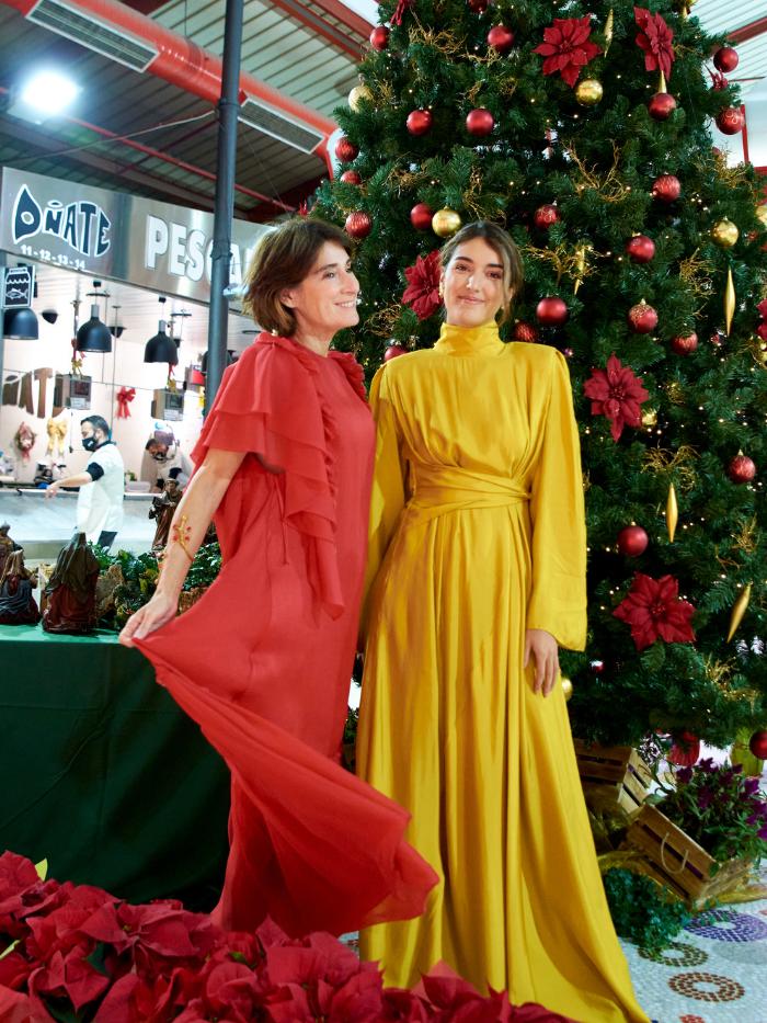 Margarita Ruyra de Andrade y Valentina Suárez-Zuloaga junto a un árbol de Navidad