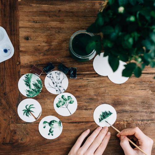 Manos pintan una acuarela en tonos verdes