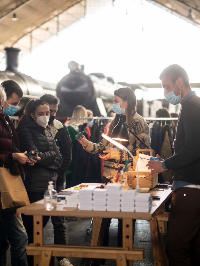 Grupo de gente comprando en un stand