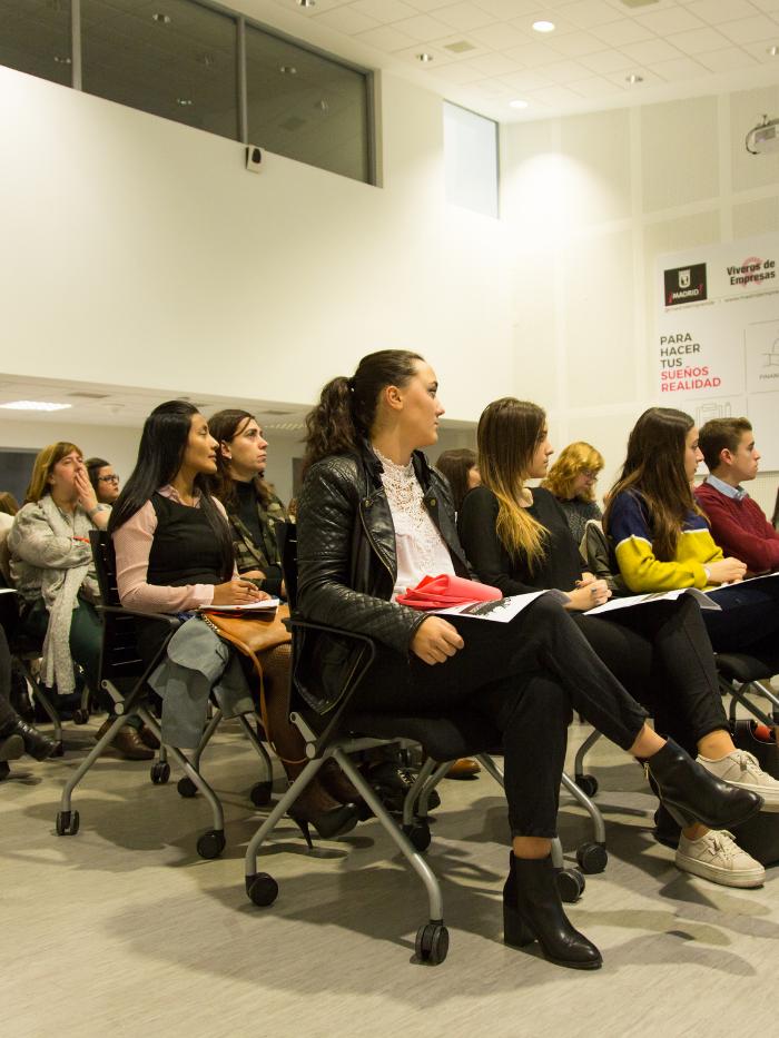 Mujeres asistiendo a una conferencia