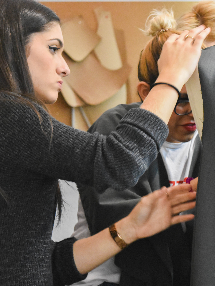Alumnas de costura visten un maniquí