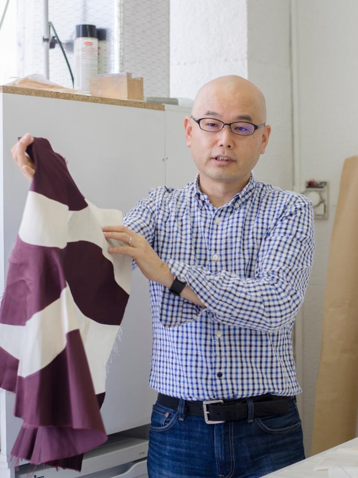 El diseñador Shingo con una prenda morada