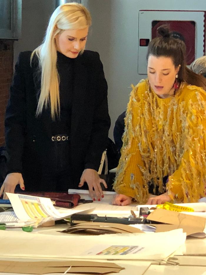 La diseñadora Maya Hansen con una alumna