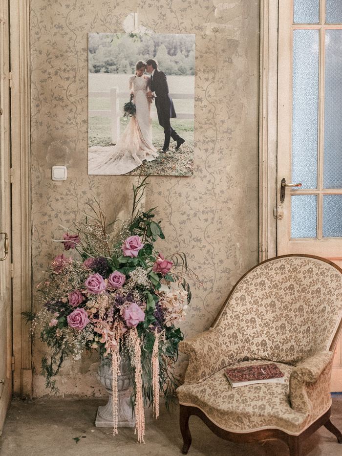 Florero con flores, butaca y foto de recién casados