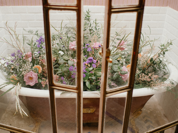Bañera antigua llena de flores