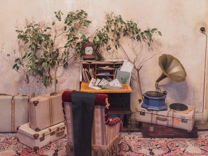 Sillón, escritorio, maletas y gramófono