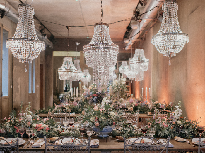 Lámparas de araña sobre mesa con flores