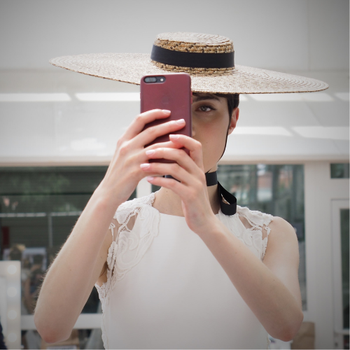 Selfie de modelo con sombrero de paja